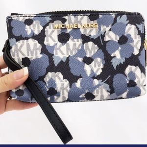 Gaby'sBags👜💕-NWT Michale Kors Wristlet Floral